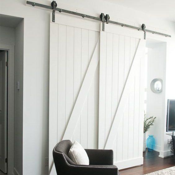 białe drzwi przesuwne naprzemienne, podwójne, białe