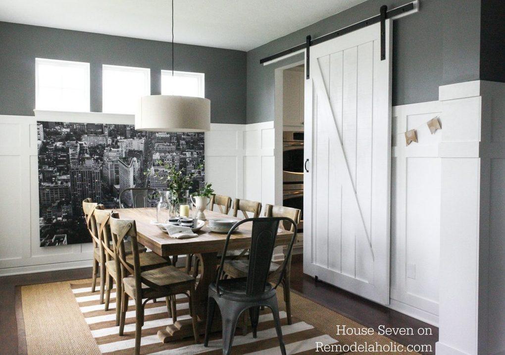 Białe drzwi przesuwne w skandynawskiej jadalni