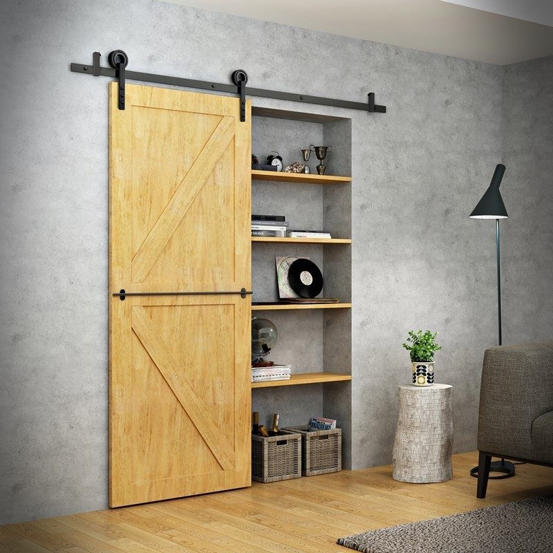 Drewniane drzwi przesuwne chowają funkcjonalną wnękę