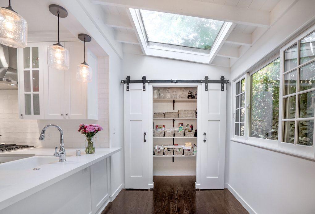 wąskie podwójne drzwi przesuwne do spiżarni w kuchni
