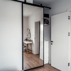 drzwi przesuwne z lustrem, jak zakryć małą wnękę, lustro w metalowej ramie, drzwi przesuwne w sypialni, drzwi przesuwne do garderoby, biały stolik w stylu skandynawskim