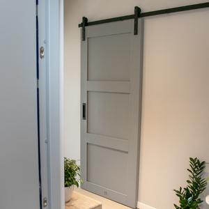 drzwi przesuwne w bloku, drzwi przesuwne drewniane, drzwi przesuwne do spiżarni, drzwi przesuwne szare, drzwi przesuwne do pomieszczenia gospodarczego