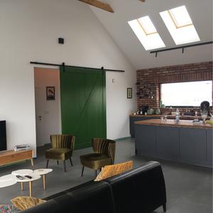 duże drzwi przesuwne, przesuwna ściana, nowoczesna stodoła, zielone drzwi, otwarta przestrzeń, kuchnia z salonem