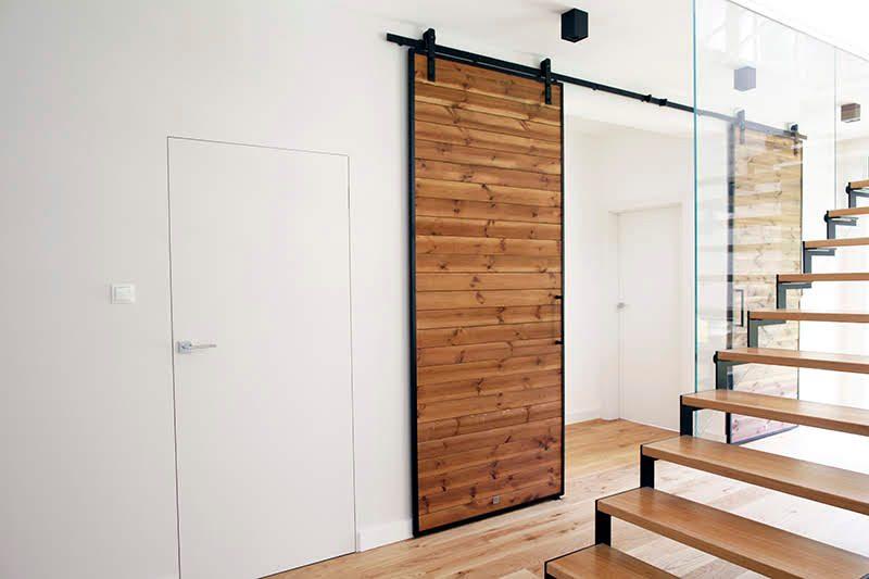 duże drzwi przesuwne, drzwi przesuwne w rezydencji, jak oddzielić salon od części prywatnej, nowoczesny salon, podwójne drzwi przesuwne, drzwi przesuwne dwuskrzydłowe, drzwi drewniane w metalowej ramie