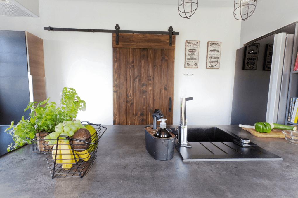 drzwi przesuwne w kuchni, drzwi przesuwne szczotkowane, drzwi przesuwne drewniane, drzwi przesuwne w stylu barn door, szara kuchnia, kuchnia rustykalna