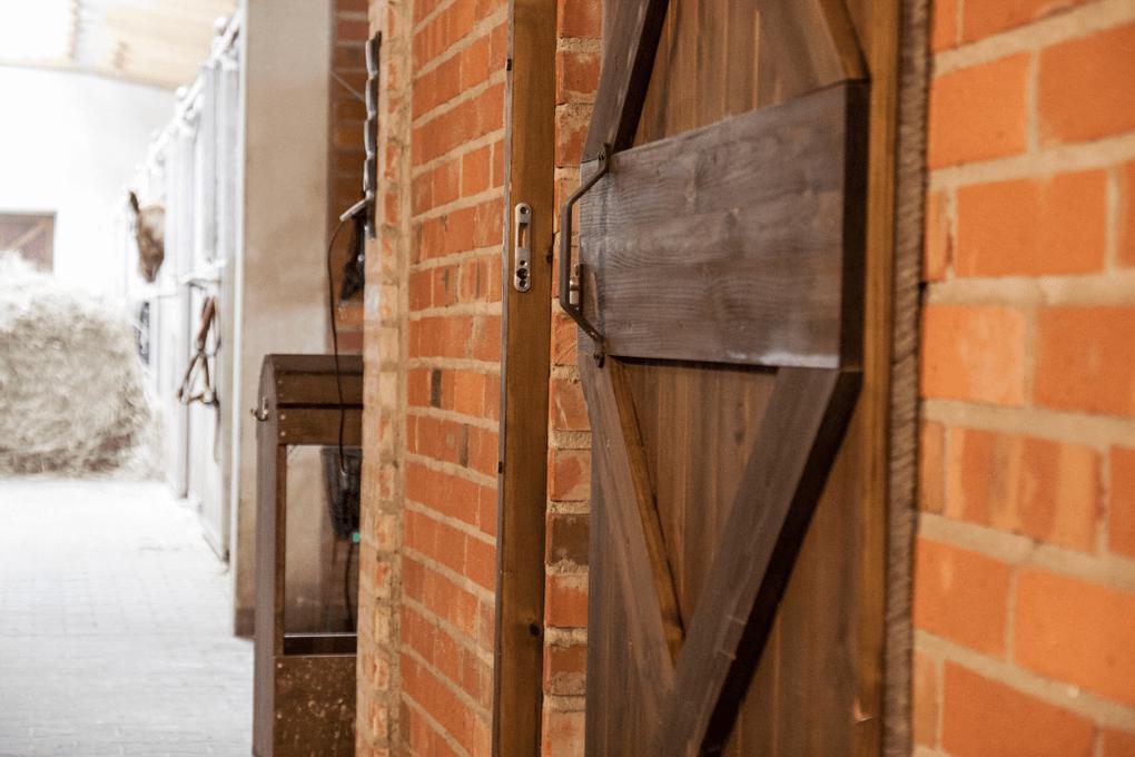 drzwi przesuwne w stylu barn door, drzwi przesuwne w stadninie, drzwi drewniane, drzwi z litego drewna, drzwi sosnowe, klamka do drzwi przesuwnych, drzwi przesuwne w stylu rustykalnym