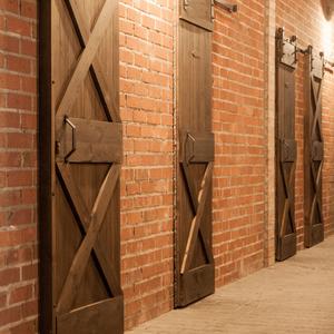 drzwi przesuwne w stylu barn door, drzwi przesuwne w stadninie, drzwi drewniane, drzwi z litego drewna, drzwi sosnowe