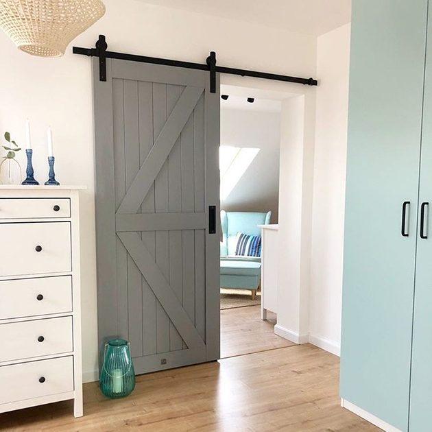 drzwi przesuwne do sypialni, drzwi przesuwne szare, drzwi drewniane, drzwi szare, wnętrze z miętowymi dodatkami, klimatyczna sypialnia, miętowo-szare wnętrze, aranżacja sypialni, biała komoda w salonie, jasne wnętrze, pastelowe kolory