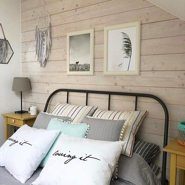 wnętrze z miętowymi dodatkami, klimatyczna sypialnia, miętowo-szare wnętrze, aranżacja sypialni, drewno w sypialni, metalowa rama łóżka, dekoracje ścienne w sypialni
