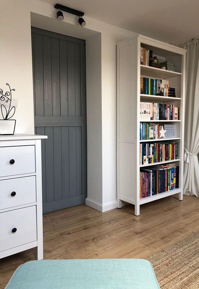 drzwi przesuwne do sypialni, drzwi przesuwne szare, drzwi drewniane, drzwi szare, wnętrze z miętowymi dodatkami, klimatyczna sypialnia, miętowo-szare wnętrze, aranżacja sypialni, biały regał na książki