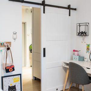 drzwi przesuwne w bloku, drzwi przesuwne drewniane, drzwi przesuwne białe, eleganckie drzwi przesuwne, drzwi przesuwne w pokoju dla dzieci, drzwi przesuwne oszczędzają miejsce, oszczędność miejsca drzwi przesuwne, drzwi przesuwne chowane, dekoracje do pokoju dziewczynki, białe biurko dla dziewczynki