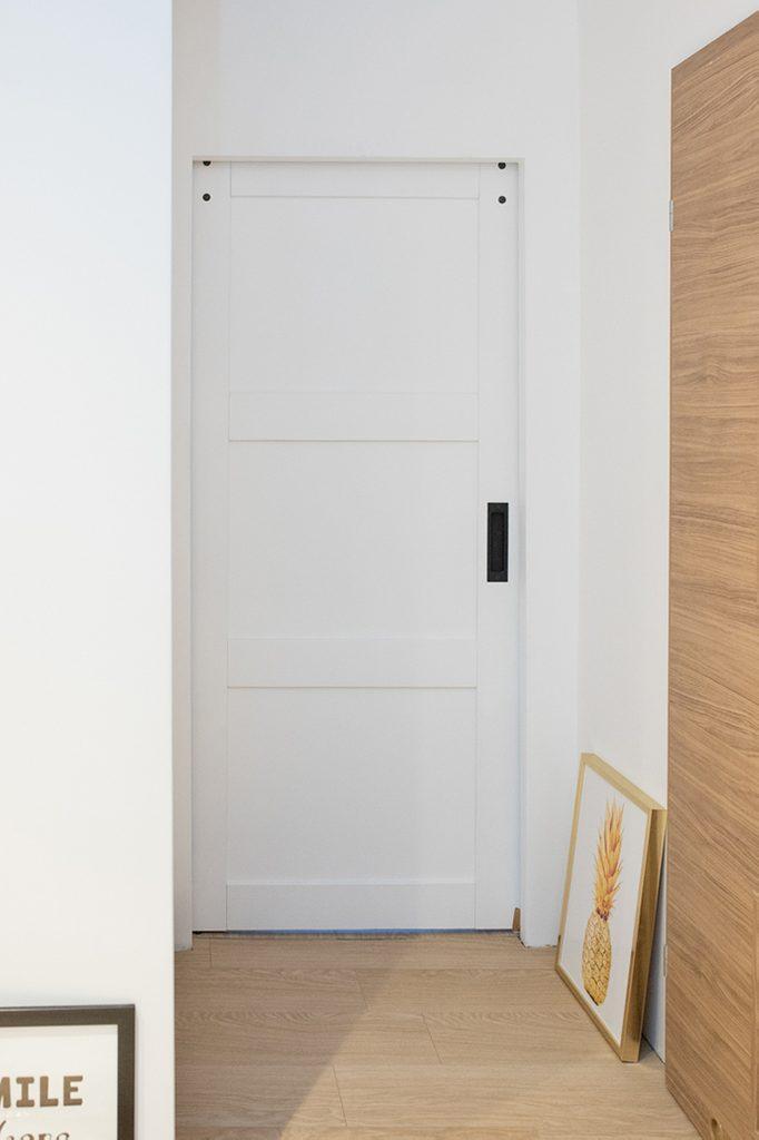 drzwi przesuwne w bloku, drzwi przesuwne drewniane, drzwi przesuwne białe, eleganckie drzwi przesuwne, drzwi przesuwne w pokoju dla dzieci, drzwi przesuwne oszczędzają miejsce, oszczędność miejsca drzwi przesuwne, drzwi przesuwne chowane