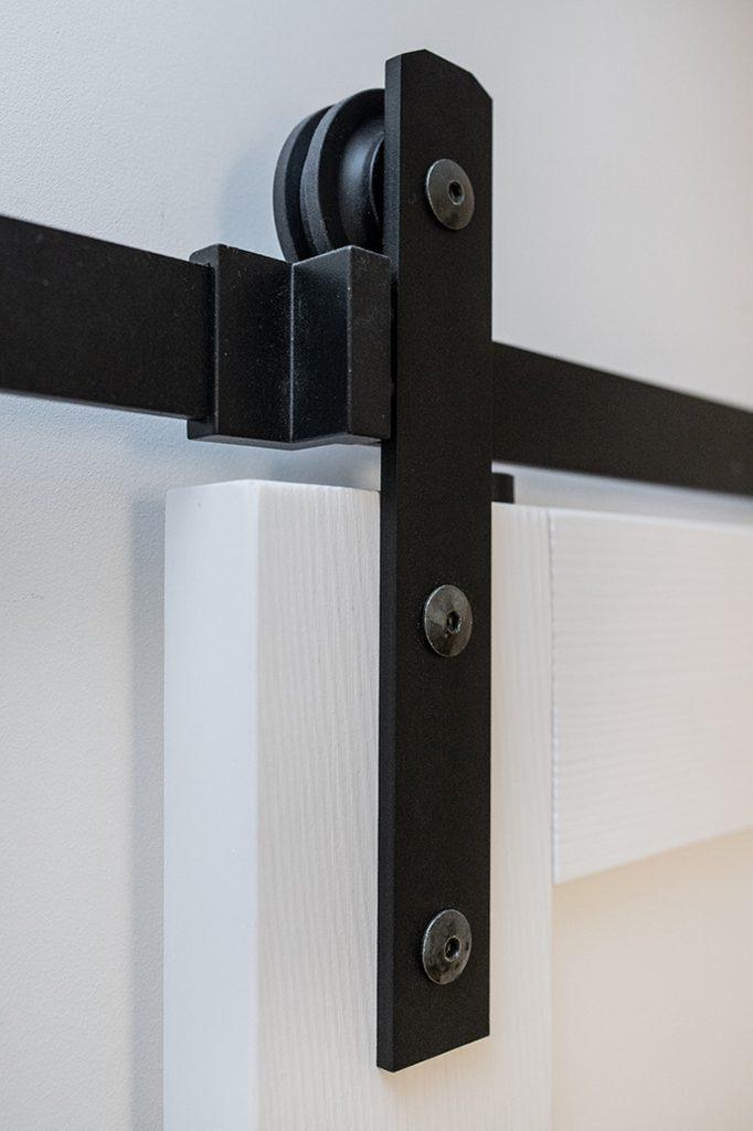 elegancki system do drzwi przesuwnych, system przesuwny, prowadnica do drzwi przesuwnych, wieszaki do drzwi przesuwnych,drzwi przesuwne w bloku, drzwi przesuwne drewniane, drzwi przesuwne białe, eleganckie drzwi przesuwne