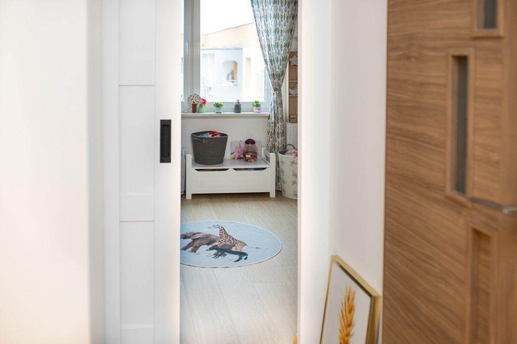drzwi przesuwne w bloku, drzwi przesuwne drewniane, drzwi przesuwne białe, eleganckie drzwi przesuwne, drzwi przesuwne w pokoju dla dzieci, drzwi przesuwne oszczędzają miejsce, oszczędność miejsca drzwi przesuwne, drzwi przesuwne chowane, drewniany pojemnik na zabawki