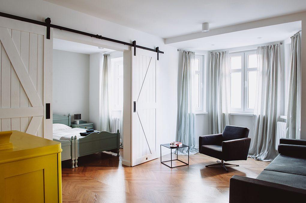 styl modern retro, apartamenty do wynajęcia Wrocław, drzwi przesuwne dwuskrzydłowe, drzwi przesuwne podwójne, drzwi przesuwne białe, drzwi przesuwne barn door