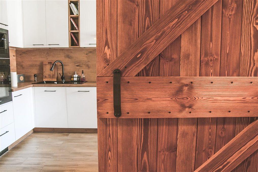 """wnętrze w stylu skandynawskim, wnętrze w stylu loftowym, drzwi do kuchni, drzwi drewniane w stylu """"barn door"""", drzwi przesuwne szczotkowane, drzwi przesuwne barn door, drzwi przesuwne do kuchni, klamka do drzwi przesuwnych, wejście do kuchn, drewno w kuchni"""