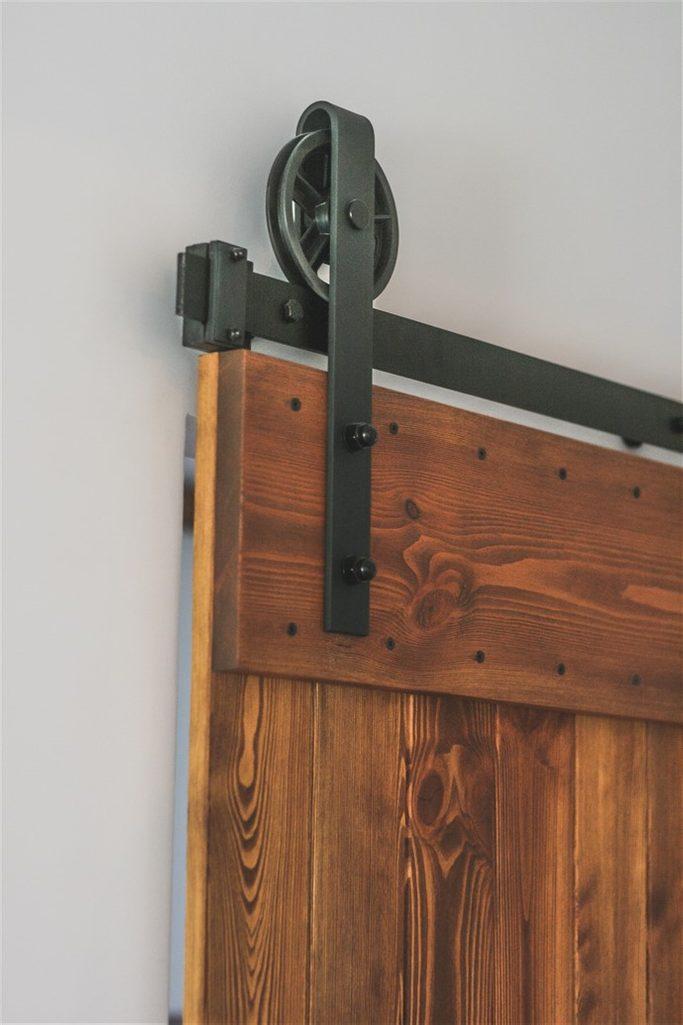 """system przesuwny, wieszaki do drzwi przesuwnych, rolki do drzwi przesuwnych, prowadnica drzwi przesuwnych, drzwi drewniane w stylu """"barn door"""", drzwi przesuwne szczotkowane, drzwi przesuwne barn door"""