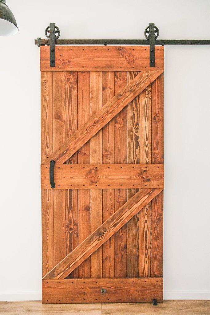 """drzwi przesuwne, rolki do drzwi przesuwnych, drzwi do kuchni, drzwi drewniane w stylu """"barn door"""", drzwi przesuwne szczotkowane, drzwi przesuwne barn door, drzwi przesuwne do kuchni, styl loftowy"""