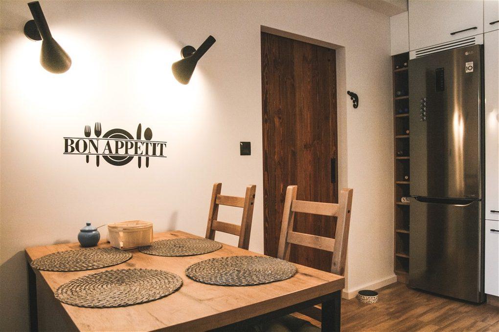 """wnętrze w stylu skandynawskim, wnętrze w stylu loftowym, drzwi do kuchni, drzwi drewniane w stylu """"barn door"""", drzwi przesuwne szczotkowane, drzwi przesuwne barn door, drzwi przesuwne do kuchni, dekoracje na ścianę"""