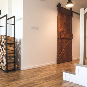 """wnętrze w stylu skandynawskim, wnętrze w stylu loftowym, drzwi do kuchni, drzwi drewniane w stylu """"barn door"""", drzwi przesuwne szczotkowane, drzwi przesuwne barn door, drzwi przesuwne do kuchni"""