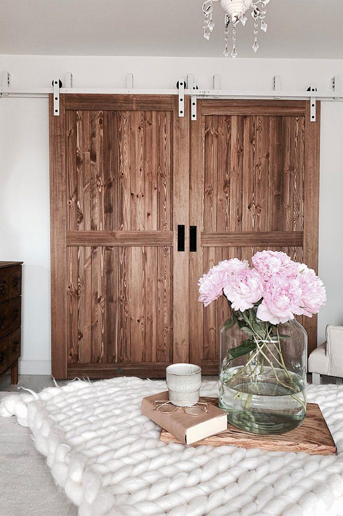 """drzwi przesuwne drewniane, drzwi przesuwne naprzemienne, styl rustykalny we wnętrzach, styl modern rustic, drzwi w stylu """"barn door"""", biały system przesuwny, system przesuwny do drzwi naprzemiennych"""