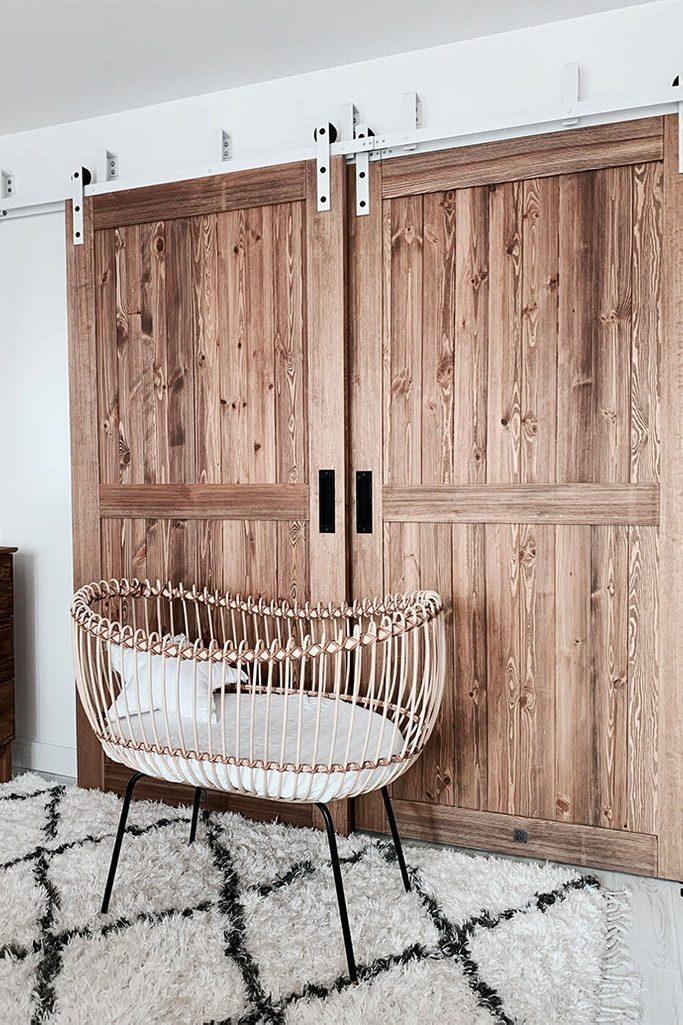"""drzwi przesuwne drewniane, drzwi przesuwne naprzemienne, styl modern rustic, drzwi w stylu """"barn door"""", łóżeczko dziecięce inspiracje,"""