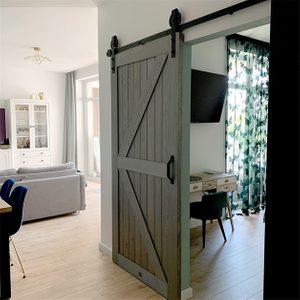drzwi przesuwne drewniane, drzwi przesuwne w stylu barn door, drzwi przesuwne szare, złote dodatki we wnętrzu, nowoczesne wnętrze, wejście do sypialni, odcienie szarości we wnętrzu, drzwi przesuwne do sypialni, toaletka w sylu skandynawskim, modne kolory