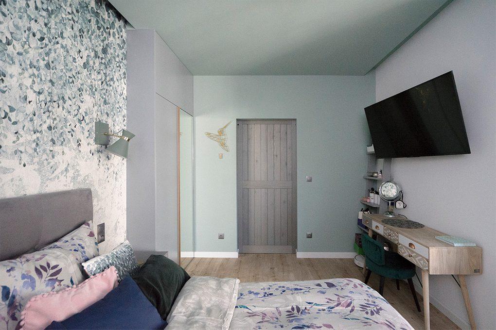 drzwi przesuwne drewniane, drzwi przesuwne w stylu barn door, drzwi przesuwne szare, złote dodatki we wnętrzu, nowoczesne wnętrze, dekoracyjna tapeta do sypialni, modern design, toaletka w stylu skandynawskim, odcienie szarości w sypialni