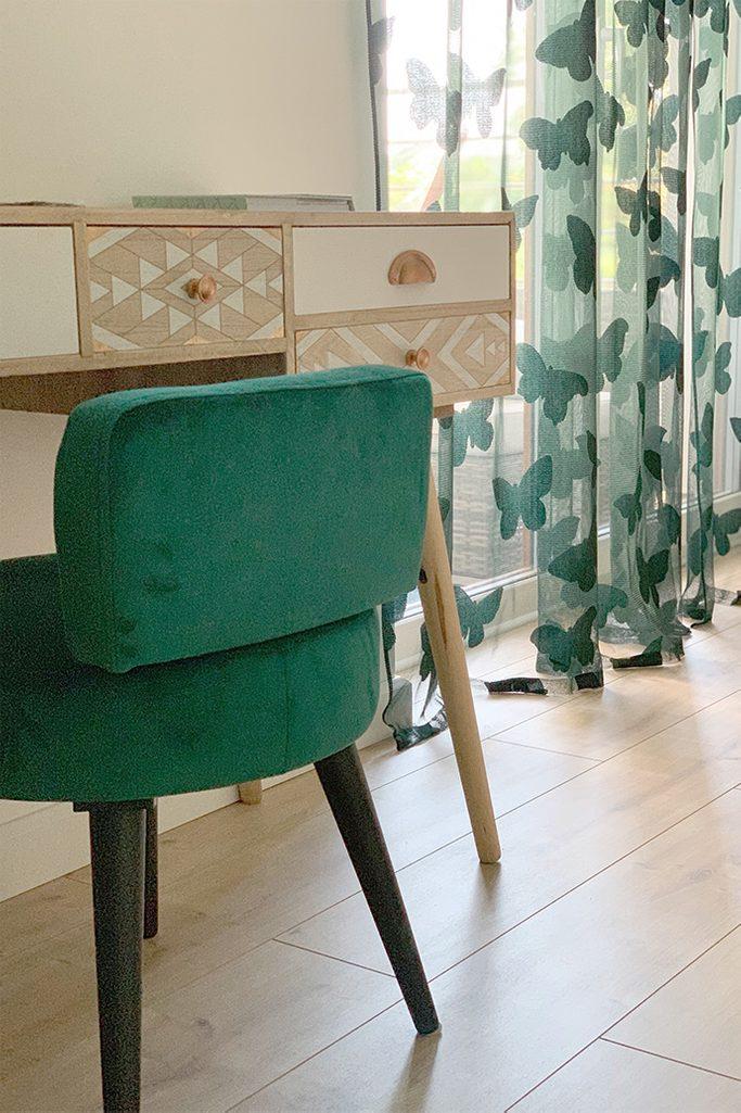zielone krzesło, toaletka w stylu skandynawskim, dekoracyjna zasłonka w sypialni, zieleń w sypialni, złote dodatki, nowoczesne wnętrze