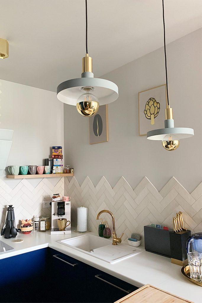 złote dodatki we wnętrzu, złote dodatki w kuchni, wiszące lampy do kuchni, styl modern w kuchni