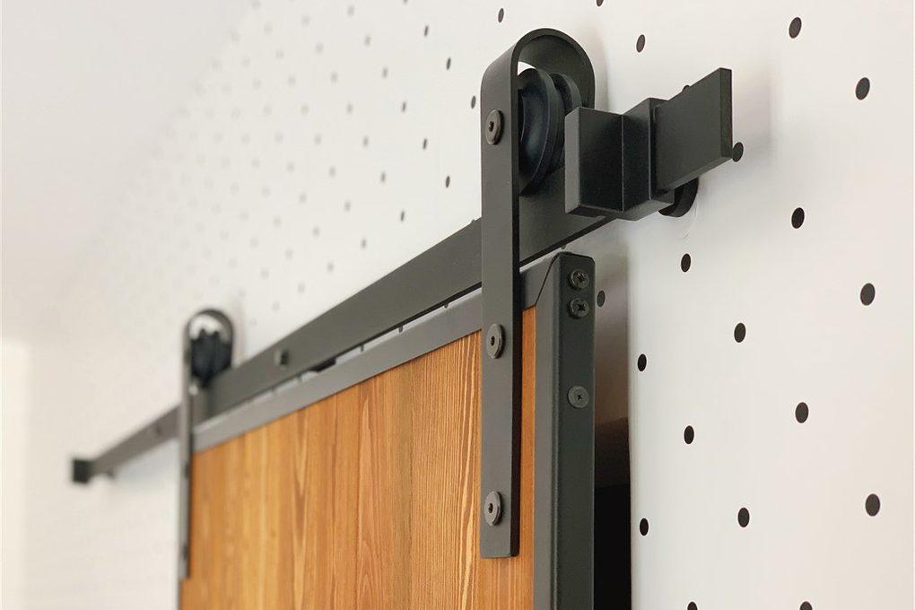 system przesuwny do drzwi, wieszaki do drzwi przesuwnych, prowadnica drzwi przesuwnych, drzwi w stylu Loft, drzwi drewniane w metalowej ramie, drzwi przesuwne w stylu barn door, drzwi sosnowe, tapeta w kropki