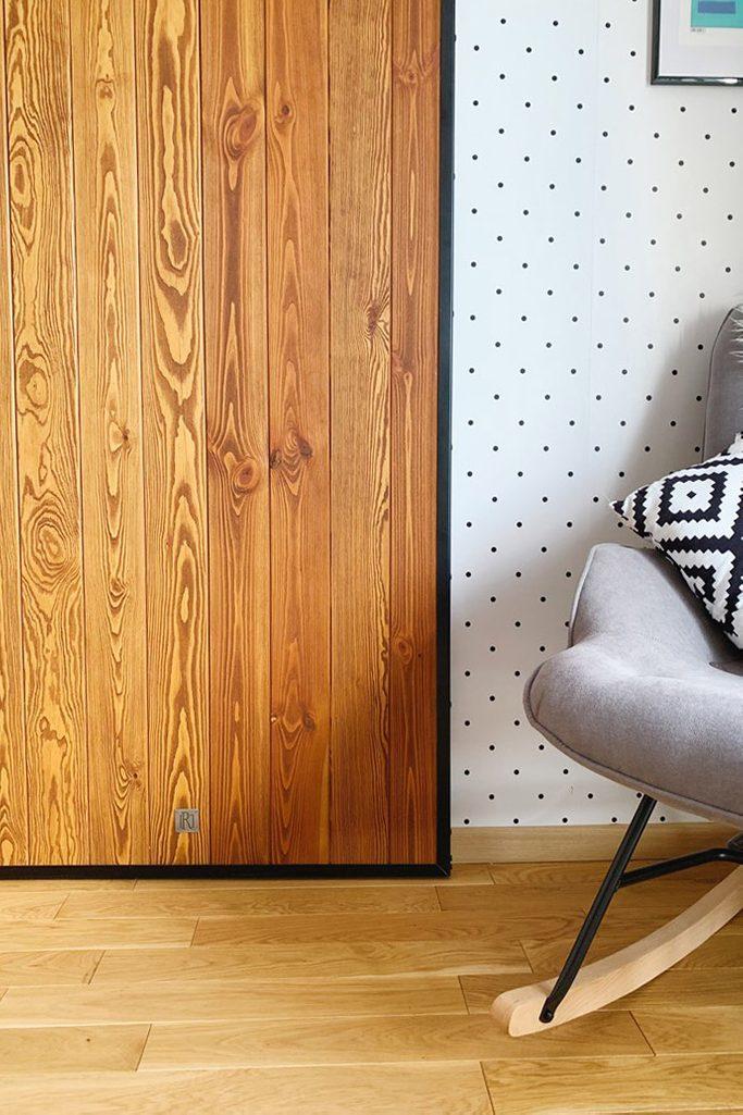 drzwi w stylu Loft, drzwi drewniane w metalowej ramie, drzwi przesuwne w stylu barn door, drzwi sosnowe, tapeta w kropki, drzwi przesuwne w sypialni