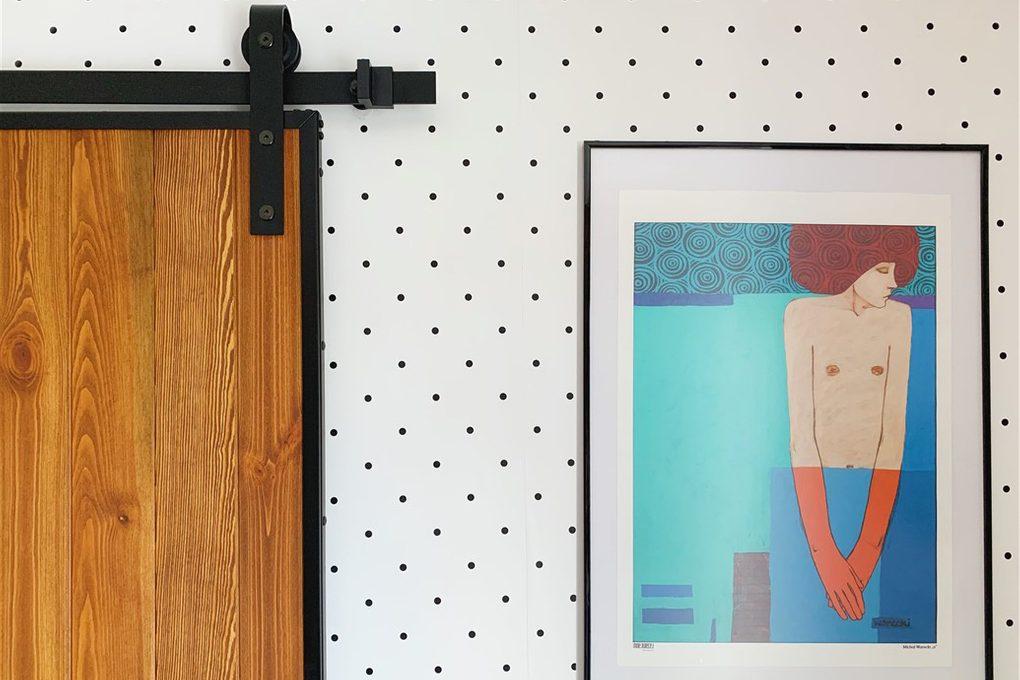 drzwi w stylu Loft, drzwi drewniane w metalowej ramie, pomysł na tapetę w sypialni, tapeta w kropki, system przesuwny do drzwi, wieszaki do drzwi przesuwnych, prowadnica drzwi przesuwnych