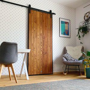 drzwi w stylu Loft, drzwi drewniane w metalowej ramie, drzwi przesuwne w stylu barn door, drzwi sosnowe, drzwi przesuwne w sypialni, drzwi drewniane, ściana w kropki, pomysł na tapetę w sypialni, drzwi do garderoby