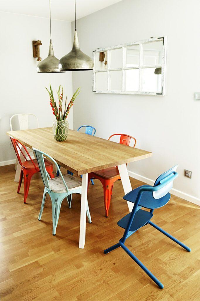 kącik jadalny, wiszące lampy do salonu, kolorowe krzesła do jadalni