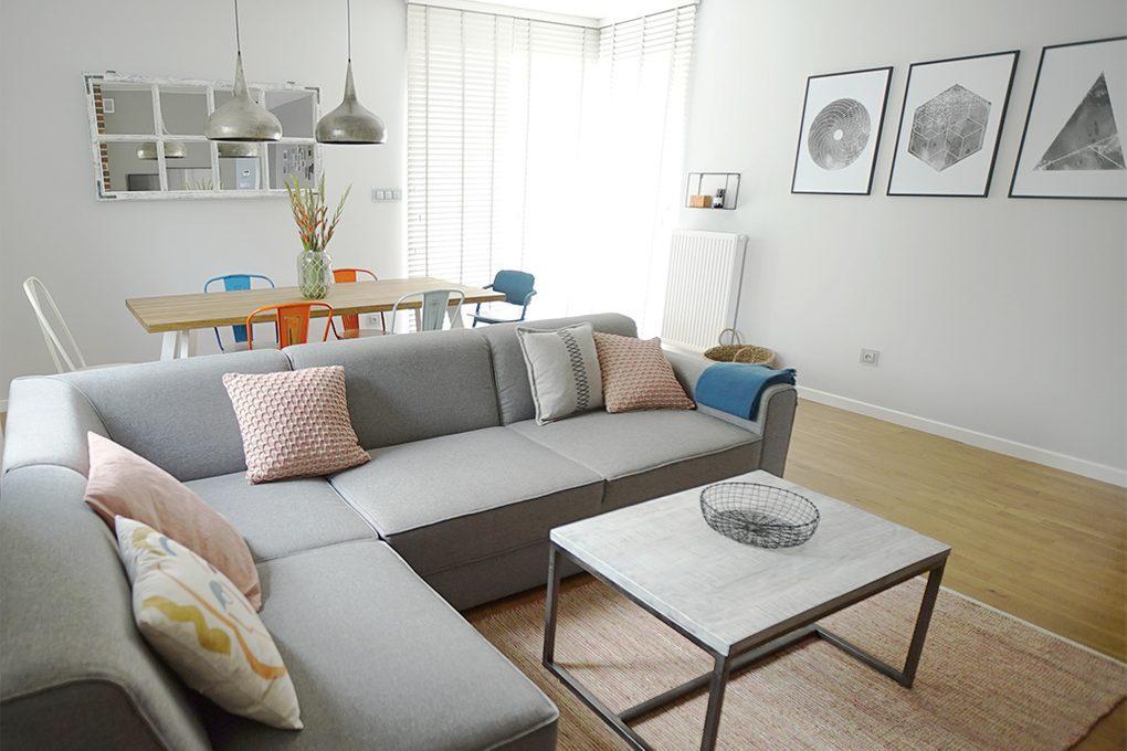 aranżacja salonu, szara sofa w salonie, kolorowe dodatki w salonie, dekoracje na ścianę