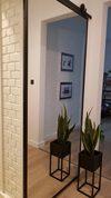 lustro w metalowej ramie w przedpokoju, industrialne drzwi z lustrem