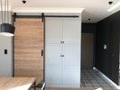 drewniane drzwi w metalowej ramie, drzwi w wejściem dla kota, drzwi w stylu loft