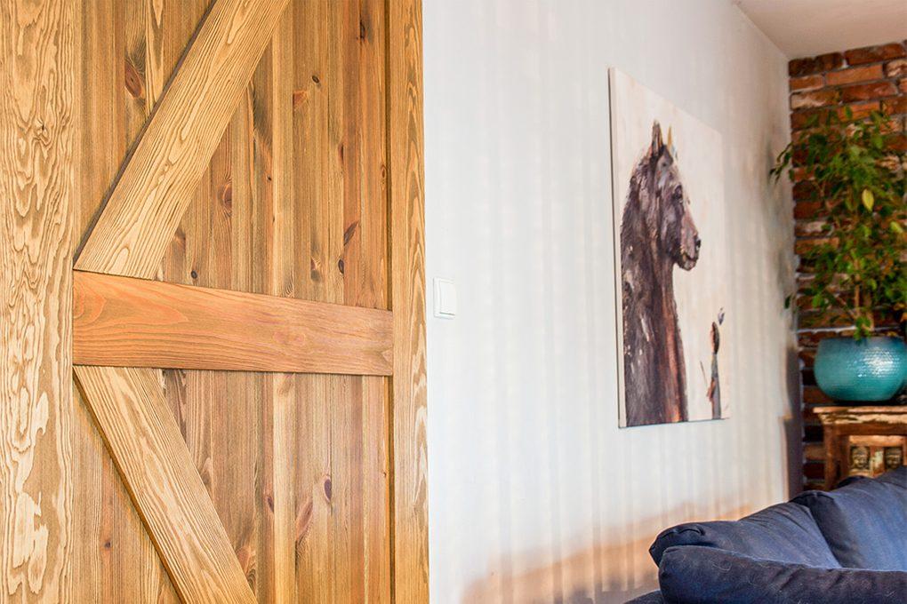 drzwi przesuwne drewanine szczotkowane, drzwi przesuwne barn door, drzwi przesuwne z podkową, drzwi drewaniane rustykalne, drzwi rustykalne