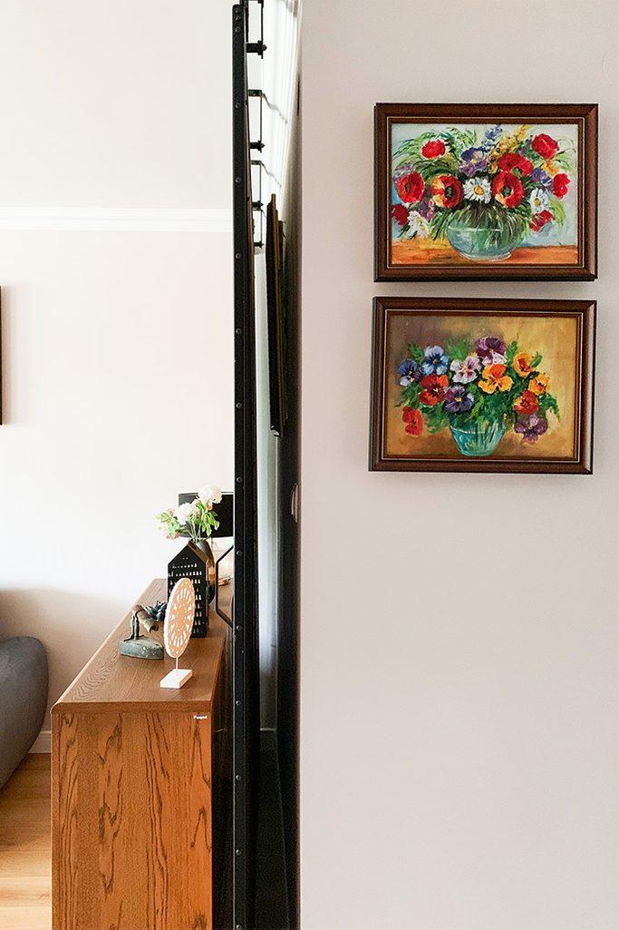duże drzwi przesuwne, ściana przesuwna, jak oddzielić salon od reszty domu, drzwi przesuwne w bloku, drzwi przesuwne w metalowej ramie, obrazki na ścianie w przedpokoju