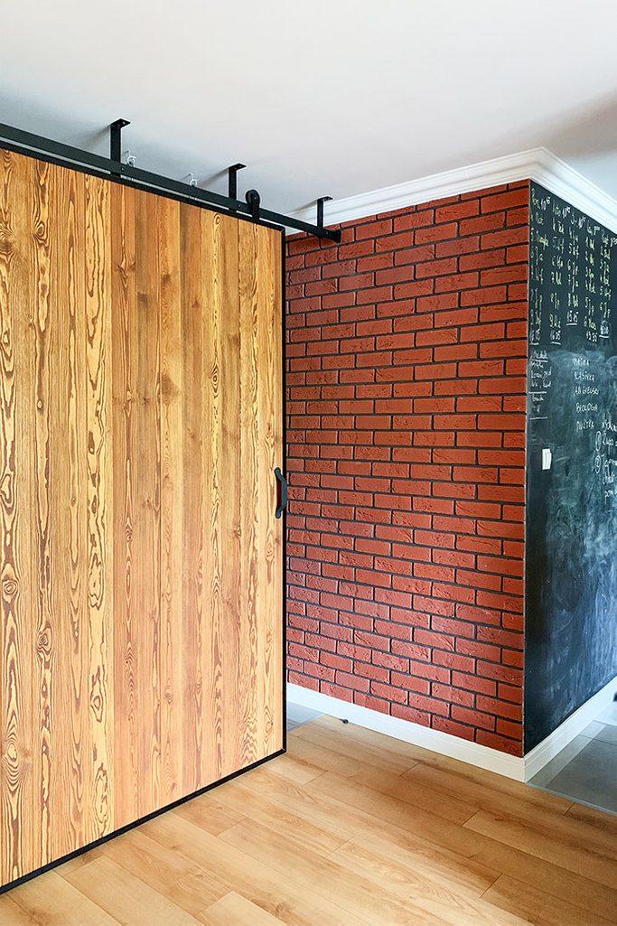 duże drzwi przesuwne, ściana przesuwna, jak oddzielić salon od reszty domu, drzwi przesuwne w bloku, drzwi przesuwne drewniane, drzwi przesuwne w metalowej ramie, cegła na ścianie w salonie, ściana kredowa w kuchni, montaż sufitowy drzwi przesuwnych