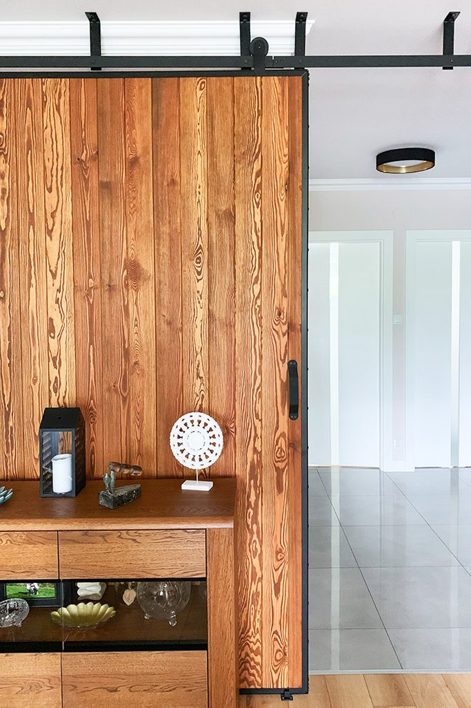 duże drzwi przesuwne, ściana przesuwna, jak oddzielić salon od reszty domu, drzwi przesuwne w bloku, drzwi przesuwne drewniane, drzwi przesuwne w metalowej ramie, wejście do salonu, montaż sufitowy drzwi przesuwnych, otwarty przedpokój