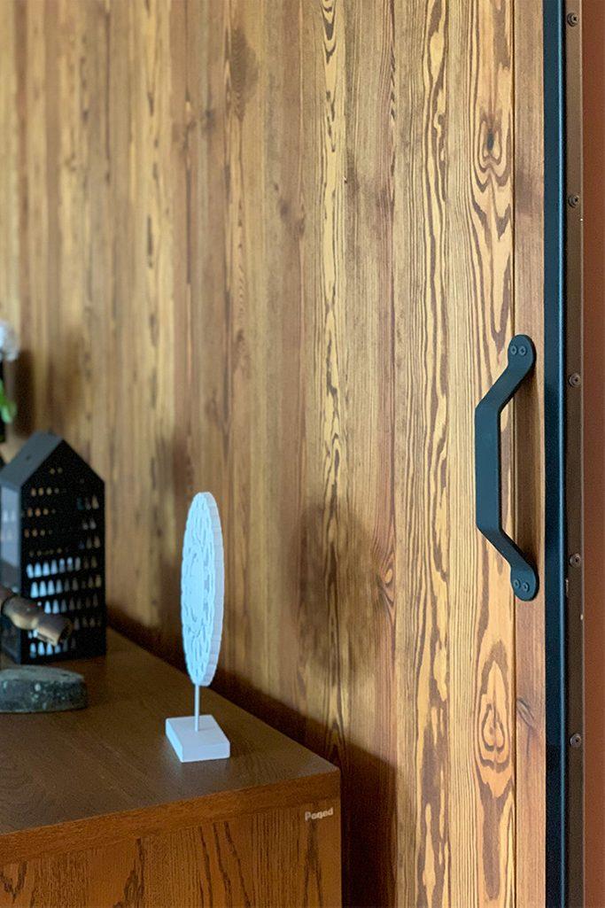 drzwi przesuwne drewniane, drzwi przesuwne w metalowej ramie, klamka do drzwi przesuwnych, uchwyt do drzwi przesuwnych