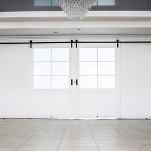 drzwi przesuwne duże, drzwi przesuwne dwuskrzydłowe, drzwi przesuwne z szybą, drzwi przesuwne białe, drzwi drewniane białe z szybą, wejście do sali balowej, kryształowy żyrandol
