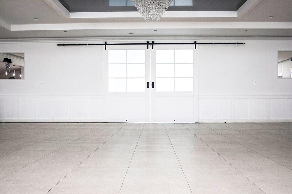 drzwi przesuwne duże, drzwi przesuwne dwuskrzydłowe, drzwi przesuwne z szybą, drzwi przesuwne białe, drzwi drewniane białe z szybą, wejście do sali balowej