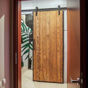 drzwi przesuwne do garderoby, drzwi przesuwne drewniane, drzwi w metalowej ramie, drzwi do garderoby, aranżacja garderoby, drzwi w stylu loftowym