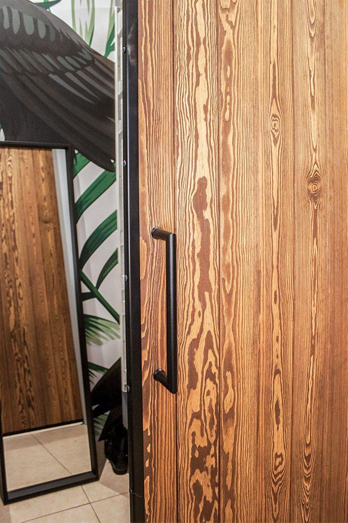 drzwi przesuwne w metalowej ramie, drzwi przesuwne drewaniane, drzwi przesuwne do garderoby, aranżacja garderoby, lustro w garderobie