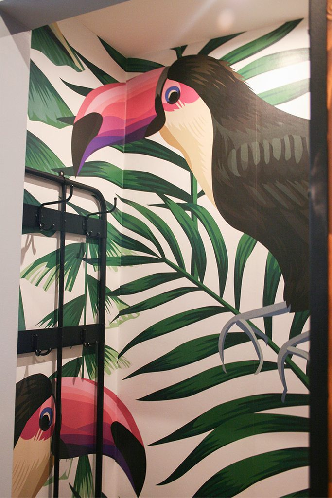 dekoracyjna tapeta z ptakiem, dekoracyjna tapeta w garderobie
