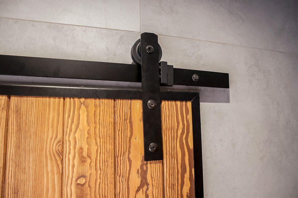 system przesuwny, wieszaki do drzwi przesuwnych, drzwi przesuwne w metalowej ramie, prowadnica drzwi przesuwnych