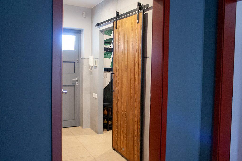 drzwi przesuwne w metalowej ramie, drzwi przesuwne drewniane, drzwi przesuwne z litego drewna, drzwi przesuwne szczotkowane, drzwi do garderoby, drzwi przesuwne do garderoby, aranżacja przedpokoju